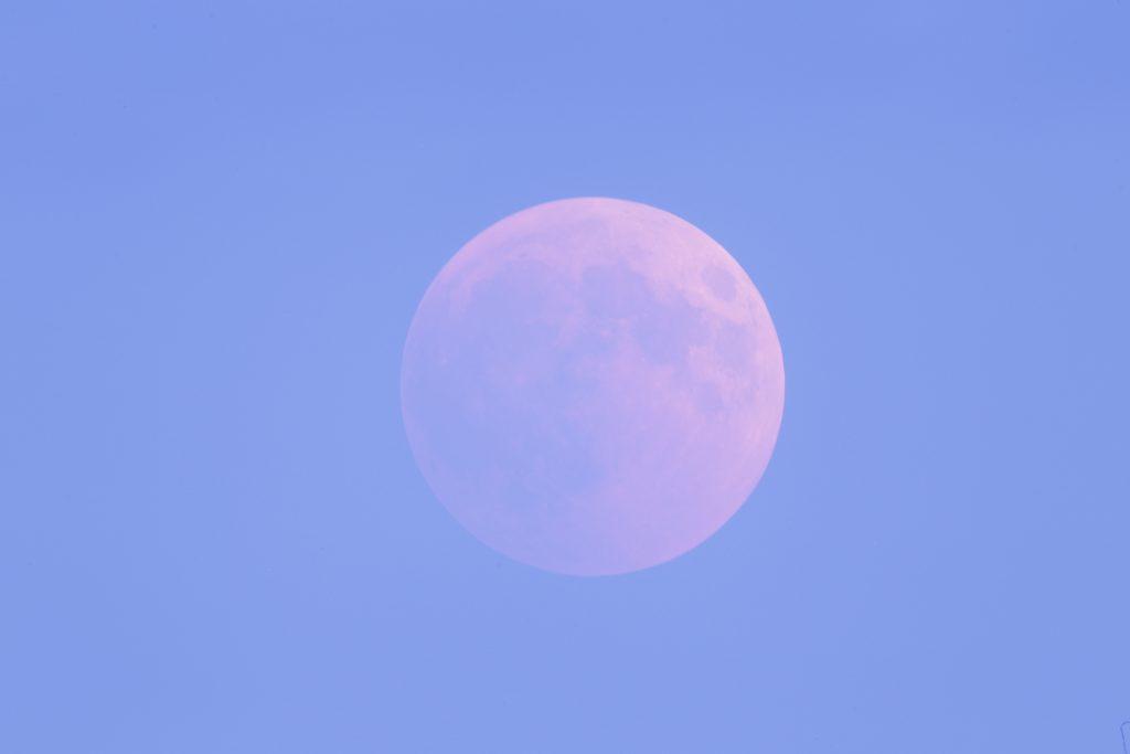 Vollständig verfinsterter Mond - während der Dämmerung